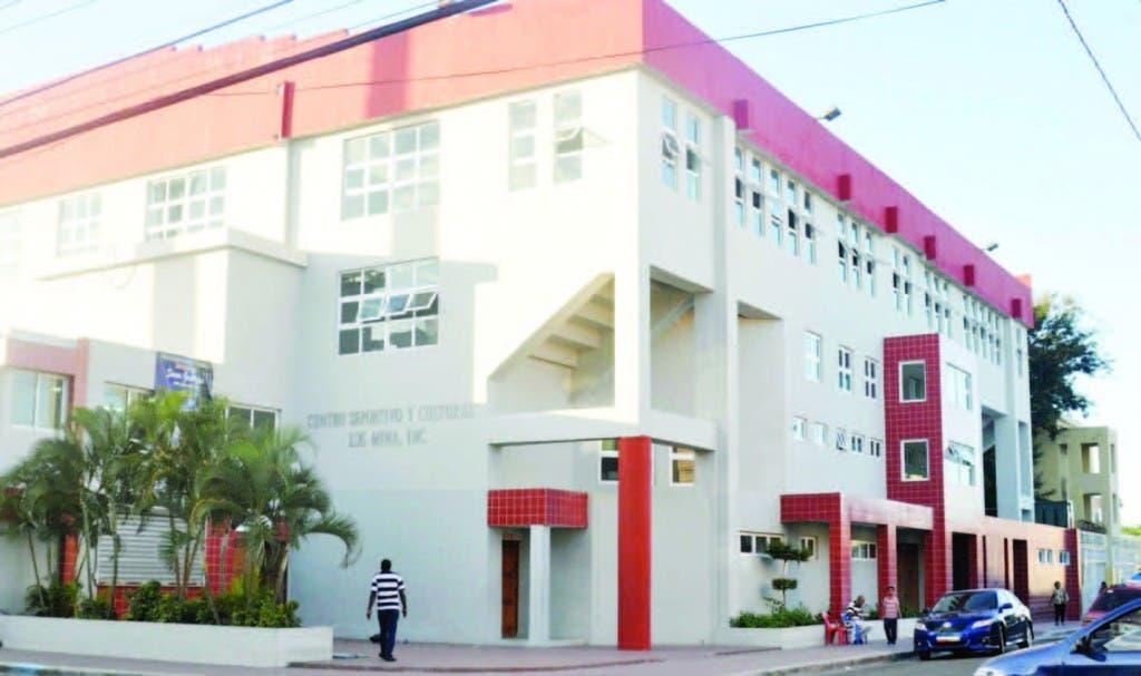 La parte frontal del techado del Club Los Mina enclavado en el populoso sector del mismo nombre y viene trabajando con la juventud por más de 43 años