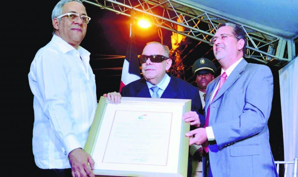 La resolución le fue entregada al Ciego de Nagua por Jochy Sánchez, director regional norte de Cultura, y Manuel Llibre, secretario ejecutivo del Consejo Nacional de Cultura