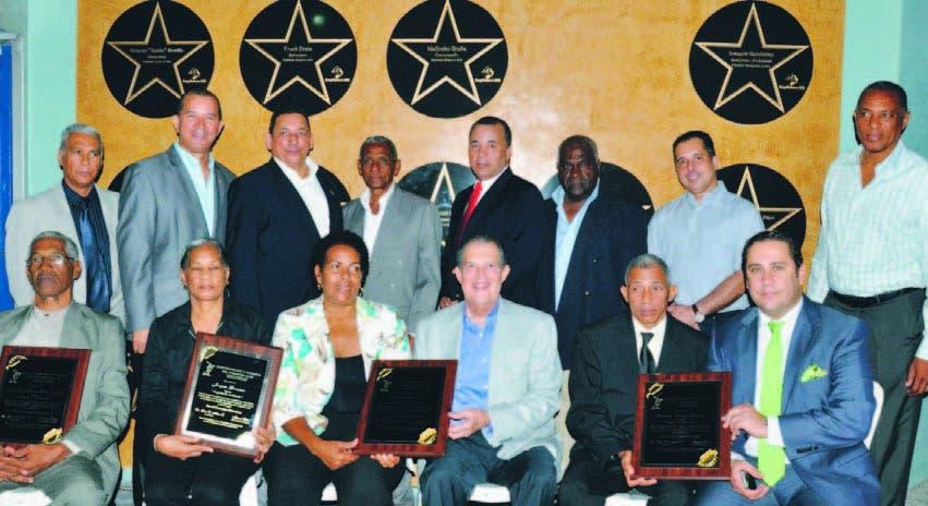 Los galardonados con sus placas durante el acto en el Club La Fé, en el aninversario de la entidad