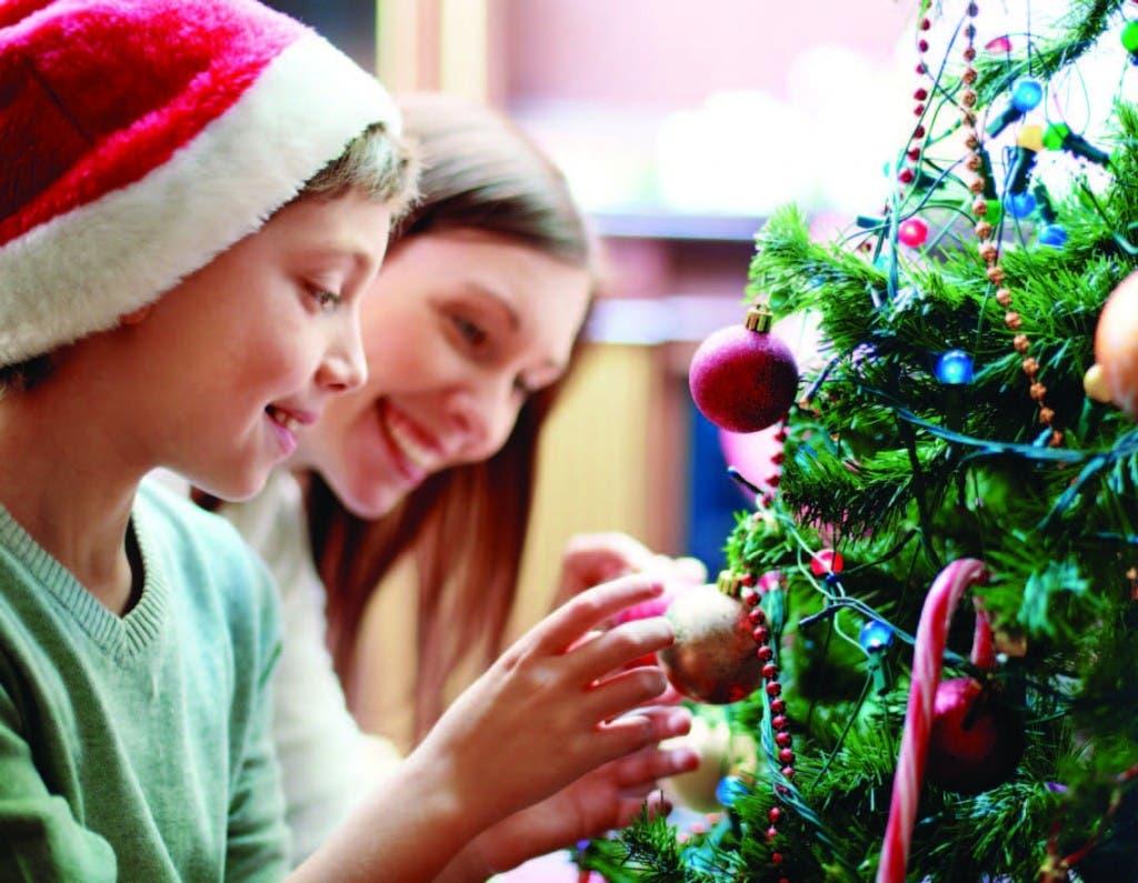 Los niños son quienes más disfrutan la Navidad y esperan ansiosos poder participar en la decoración para esta temporada