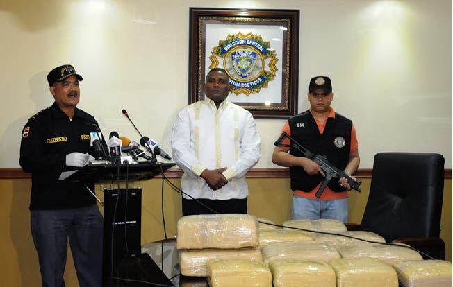 Jacobo Moquete y el jefe de la Dican, Carlos  Fernández Valerio, presentan la droga decomisada. Alina Mieses