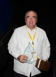 Manuel García Arévalo, luego de recibir el galardón