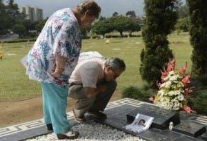 La hermana de Pablo Escobar, Luz María Escobar, y su esposo, Leonardo Arteaga, visitan la tumba del famoso narcotraficante, el 29 de noviembre de 2013 en el cementerio Montesacro, en Medellín (AFP, Raúl Arboleda)