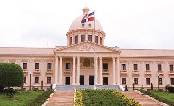 El ministro de Hacienda, Simón Lizardo, remitió al Senado el tercer informe de la Deuda Pública de 2013. Foto arcvhivo