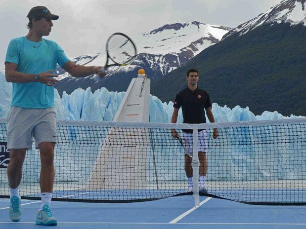 Rafael Nadal y Djokovic frente al glaciar.