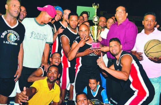 Tony Reyes, premia a los campeones del torneo de baloncesto
