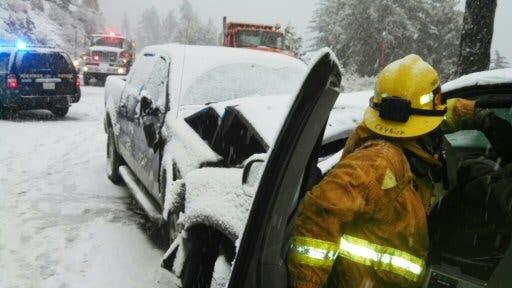Una foto de un accidente vehicular en las Montañas de San Bernardino provista por el Departamento de Bomberos del condado de San Bernardino, California, el viernes 22 de noviembre del 2013. Tres personas murieron a causa del clima tempestuoso del norte de California, las eliminatorias del fútbol estadounidense fueron suspendidas por la lluvia en Arizona y docenas de vehículos quedaron estancados en medio de la nieve en caminos rurales de Nevada después que tormentas invernales azotaron regiones del oeste de Estados Unidos. (Foto AP/Departamento de Bomberos del condado de San Bernardino)