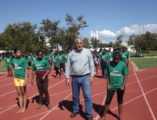 Jaime David  Fernández Mirabal, junto a los atletas de atletismo. Fuente externa