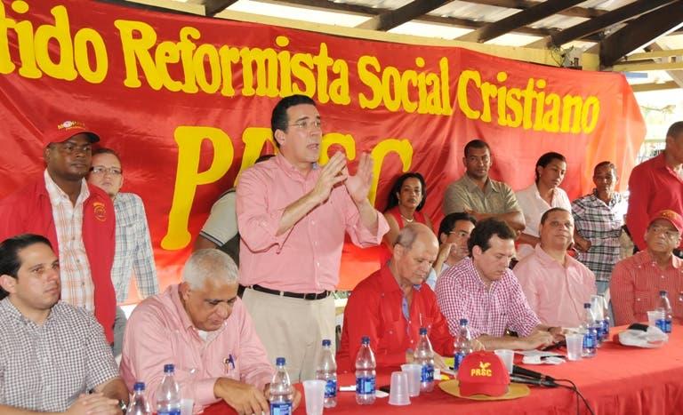 (foto) COTUI.- Louis Bogaert, subsecretrio general del PRSC, habla en el encuentro con dirigentes reformistas de la provincia Sánchez Ramírez.