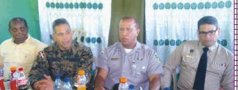 El jefe de la Policía, Manuel Castro Castillo, y el del Ejército, Rubén Paulino Sem, con el gobernador Luis Emilio Peña y el coronel Ramírez.  Fuente externa