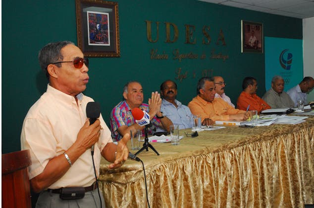 Reynaldo Villalona pide hacer los Juegos Nacionales. Figuran en la mesa Luisin Mejia y otros dirigentes. Fuente externa