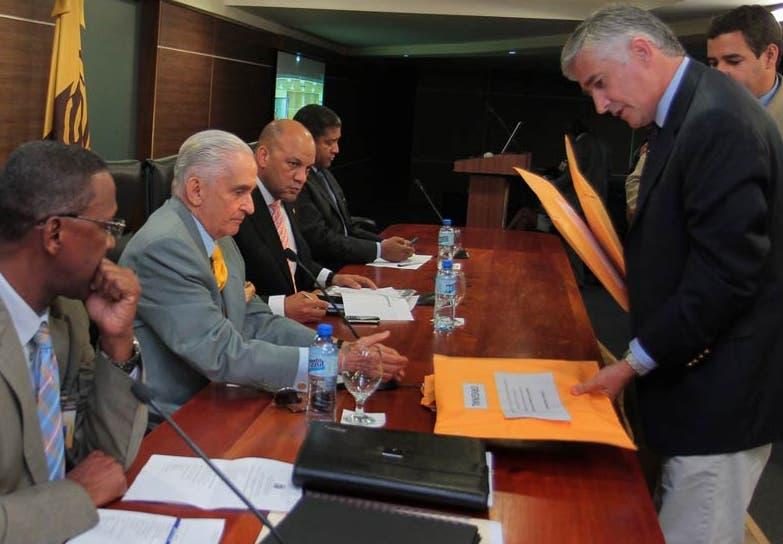 La comisión recibe la propuesta de una de las empresas concursante. fuente externa