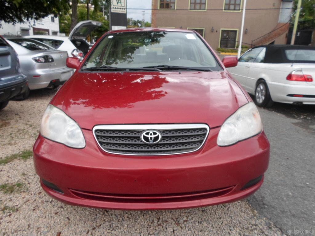 Un vehículo Toyota Corolla rojo vino parecido a este