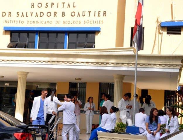 El País / Queman gomas por huelgas de médicos en el hospital Salvador B. Gautier, por el Sueldo 13 no le han pagado a los doctores, Hoy / Francisco Reyes / 09 / 12 / 2013 /
