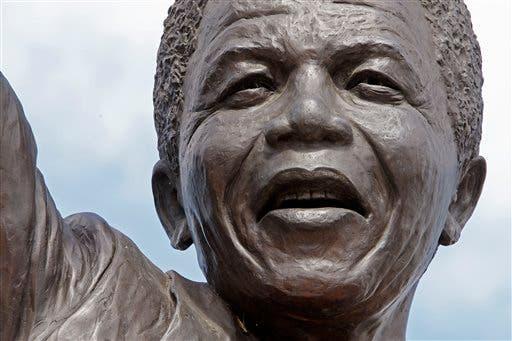 Acercamiento a la estatua del ex presidente sudafricano Nelson Mandela fuera de la prisión Groot Drakenstein, cerca del poblado de Franschhoek, Sudáfrica, en esta fotografía de archivo del 10 de febrero de 2010. Mandela fue liberado de esta prisión el 11 de febrero de 1990.