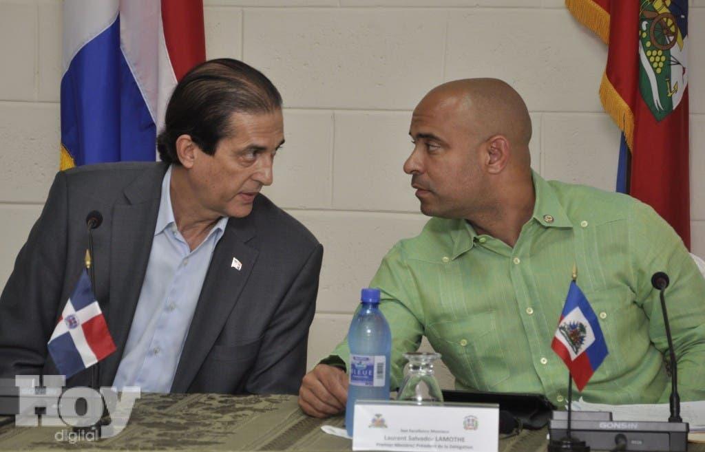 El ministro de la Presidencia de RD, Gustavo Montalvo, y el primer ministro haitiano, Laurent Lamothe enuan foto de archiivo en el marco de los diálogos bilaterales.  Pablo Matos.