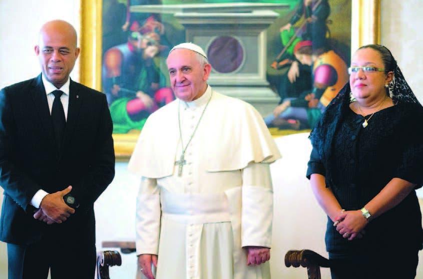 El Papa Francisco es flanqueado por el presidente Michel Martelly y su esposa Sophia, en el Vaticano