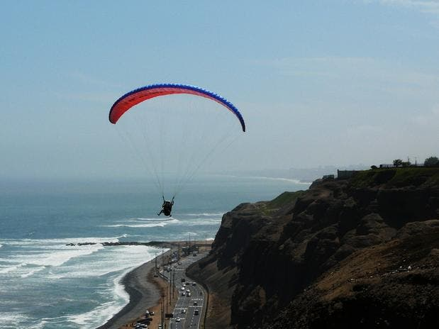 paragliding-over-lima