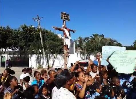 Escenifican crucifixión en demanda de que Educación construya escuela en Villa Mella
