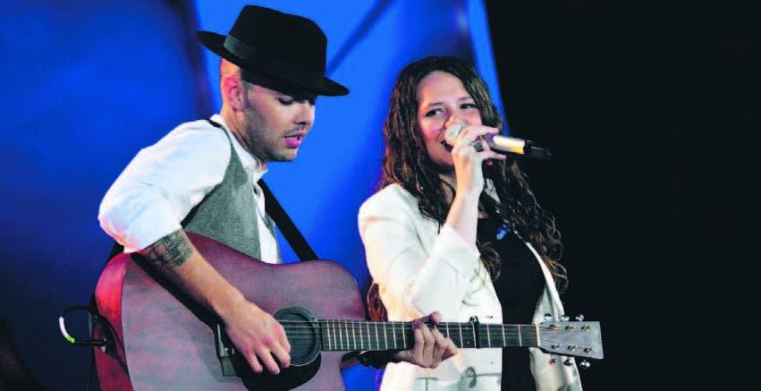 """El dúo mexicano Jesse & Joy mostró su emoción al cantar ante el """"Monstruo""""."""