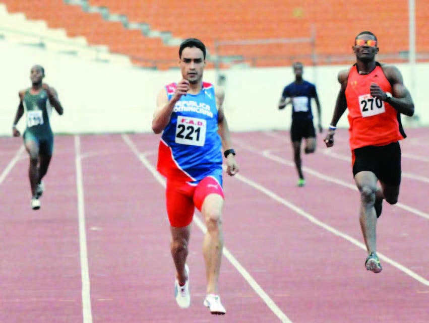 Luguelin Santos en plena acción en una de las competencias en el Estadio Olímpico en los Militares