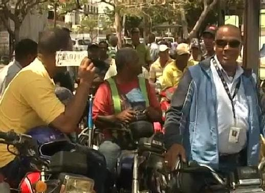 """Motoristas se """"amotinan"""" en contra de agentes de AMET en Boca Chica"""