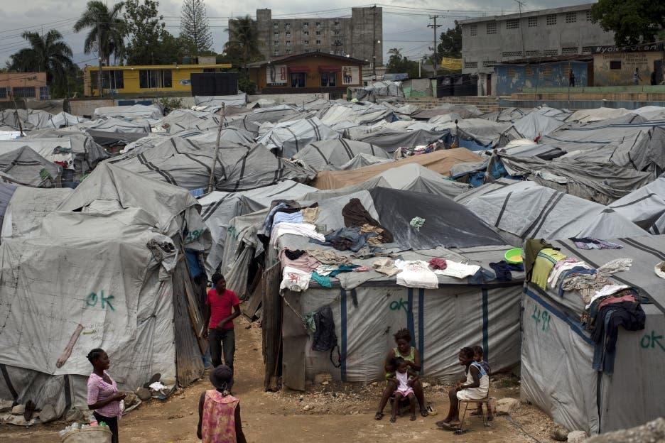 Esta fotografía de archivo del jueves 26 de abril de 2012 muestra en Puerto Príncipe uno de los numerosos asentamientos de damnificados por el terremoto del 2010 en Haití. (Foto AP/Ramón Espinosa)