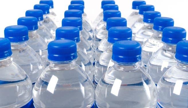 Agua botellas plásticas al sol es riesgosa