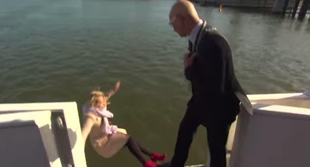 Periodista cae al agua en plena entrevista