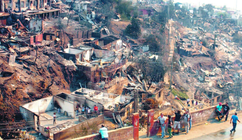 Incendio deja 11 muertos, miles damnificados Valparaíso, Chile