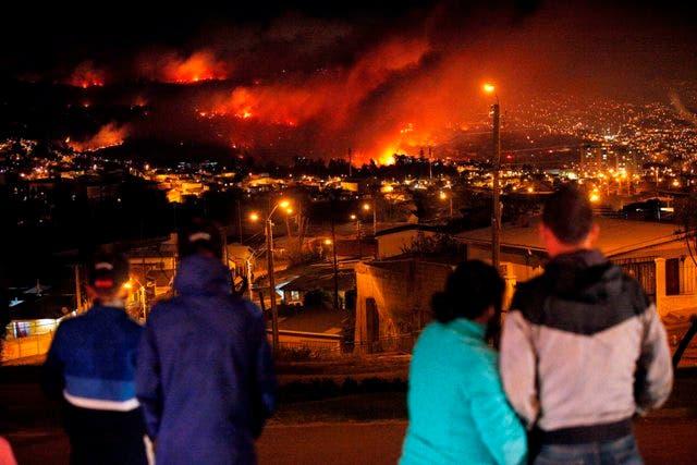 Bachelet visita a damnificados por incendio