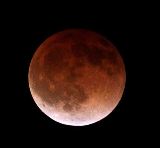 Eclipse lunar deleita a América