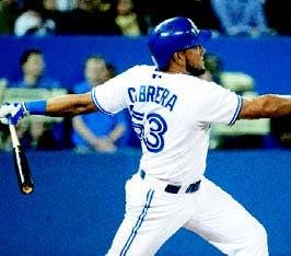 Con jonrón de Cabrera, Azulejos vencen a Rangers