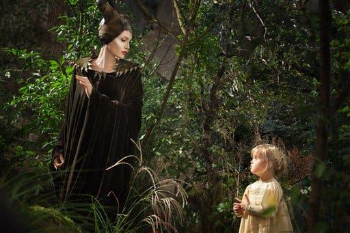 """Angelina Jolie como Maléfica izquierda y su hija Vivienne Jolie-Pitt como Aurora en una escena de """"Maléfica"""", que se estrenará el 30 de mayo. (Foto AP/Disney, Frank Connor)"""