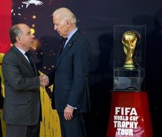 Estados Unidos está «listo para jugar» el Mundial, dice Biden al presentar el trofeo