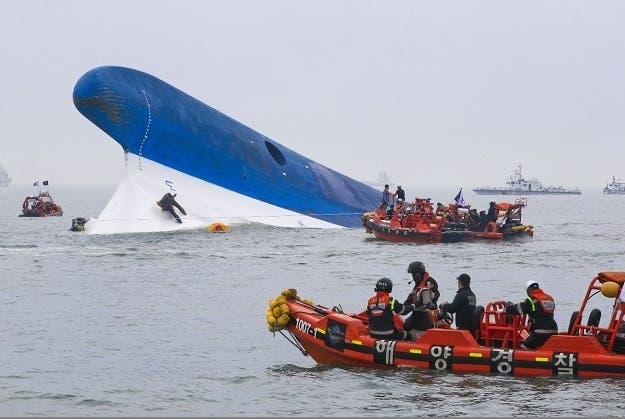 Hay hasta 295 desaparecidos tras naufragio de un ferry en Corea del Sur