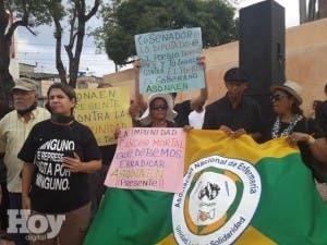 Vestidos de negro y con mordazas, protestan contra eliminación de querellas por corrupción en CPP