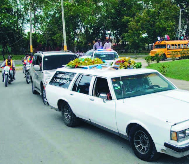 Policías custodiaron ruta entierro Van Troi