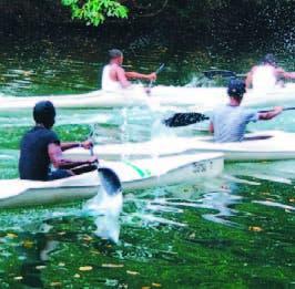 Atletas en acción de canoa