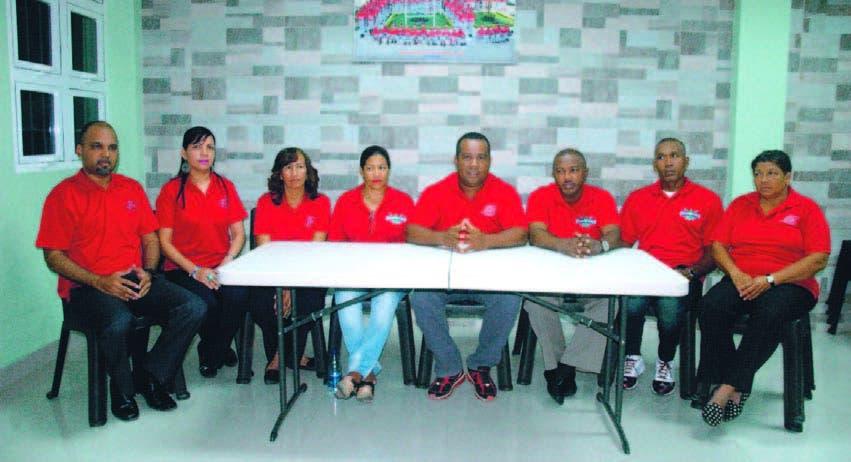 Cristian Pimentel, centro, ofrece detalles, junto a los demás miembros del comité ejecutivo de la liga