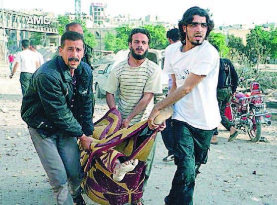 Cuatro hombres cargan un herido en la ciudad de Alepo, Siria