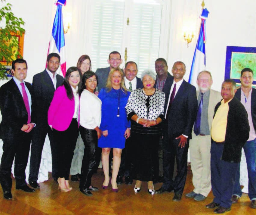 Delegación dominicana durante su visita a Francia