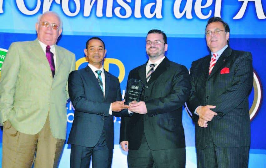 Dionisio Soldevila y Enrique Rojas, reciben de Mafred Codik y Ricky Noboa, en el acto de la ACD