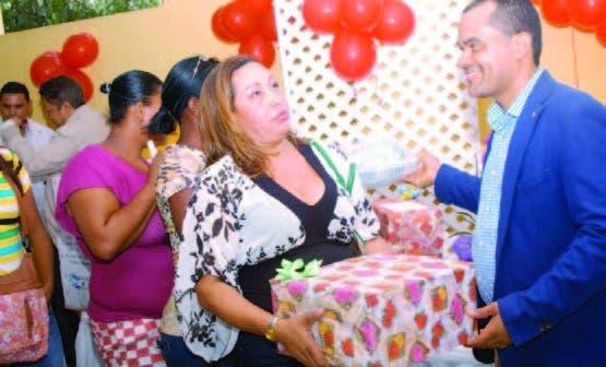 Elías Báez encabezó la entrega de regalos