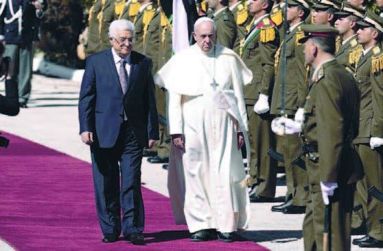 El Papa y Mahmud Abás frente una guardia de honor en Belén
