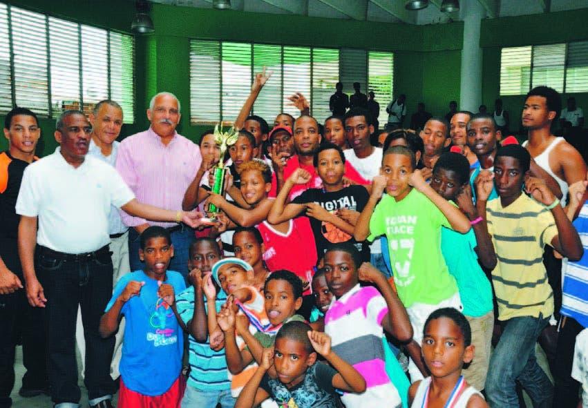 El club Billy thompson, recibe el trofeo de campeón del Ministro de Deportes y los dirigentes de boxeo