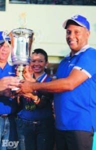 El equipo azul con el trofeo