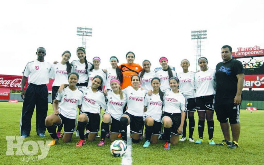 El equipo representativo del colegio Ashton School , que ganó la corona en el torneo de fútbol Copa Coca Cola, en el estadio Quisqueya