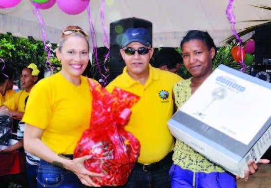 El general Miguel Angel Cordero y Marisol Henríquez, mientras hacen entrega de uno de los regalos a una de las madres presentes