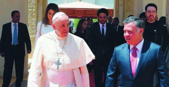 El papa Francisco fue recibido por el rey de Jordania, Abdullah II
